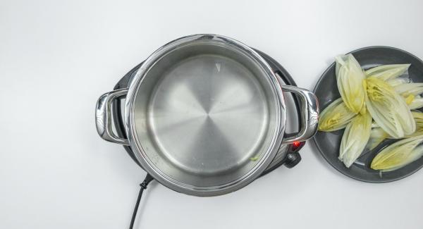 Al terminar el tiempo de cocción sacar la endivia, escurrirla y recoger el caldo.