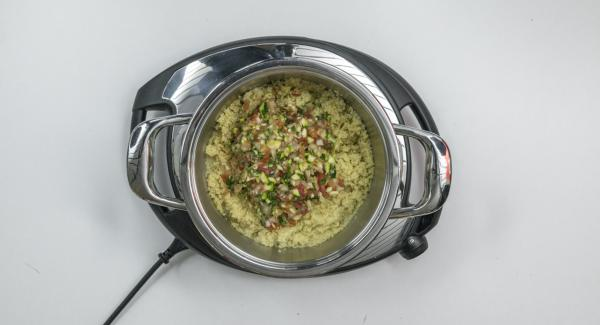 Cortar el perejil, los tomates, el calabacín, el ajo y la cebolla triturar en el Quick Cut y mezclar con el cuscús.