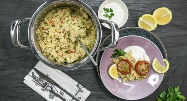 Mezcar un poco de cáscara de limón y el  jugo de limón con yogur y sazonar con sal, pimienta y chile. Servir.