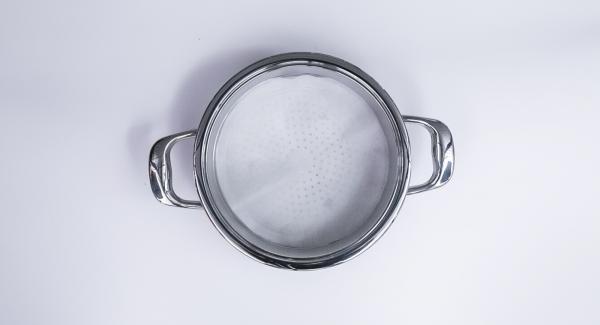 Recortar un círculo de papel para hornear y colocar en el Accesorio Súper-Vapor.