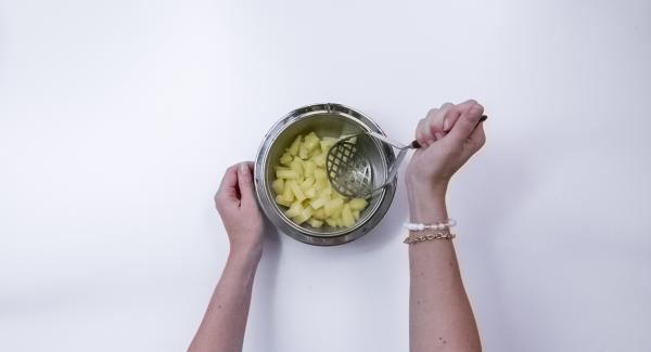 Presiona las patatas calientes o aplastar con un tenedor.