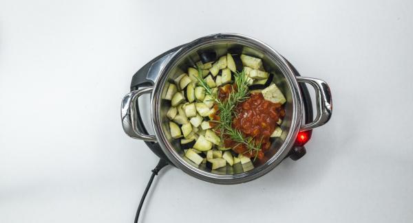 Desglasar con vino tinto y añadir la miel. Mezclar en cubos de berenjena, romero y tomate.