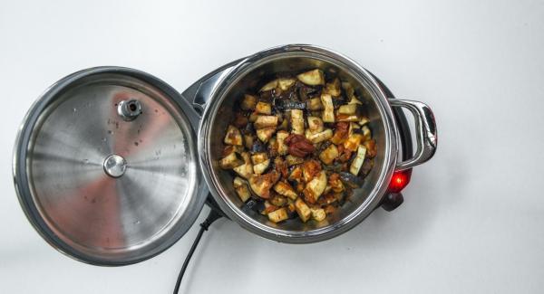 Al finalizar el tiempo de cocción, retirar la Tapa Súper-Vapor (EasyQuick), refinar con pasta de tomate, sazonar al gusto con sal y pimienta.
