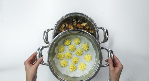Decorar las berenjenas con albahaca y servir con las florecitas de patata.