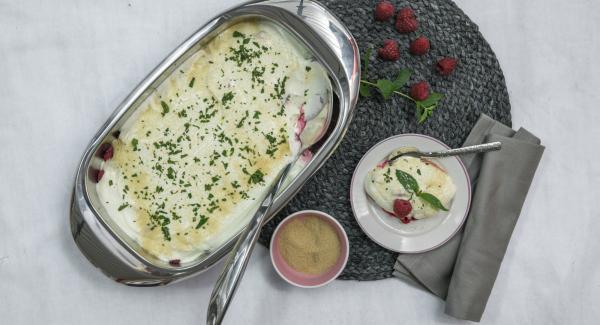 Separa las hojas de menta y picar finamente. Servir sobre el plato de yogur. Espolvorear todo generosamente con azúcar moreno o añadir el azúcar.