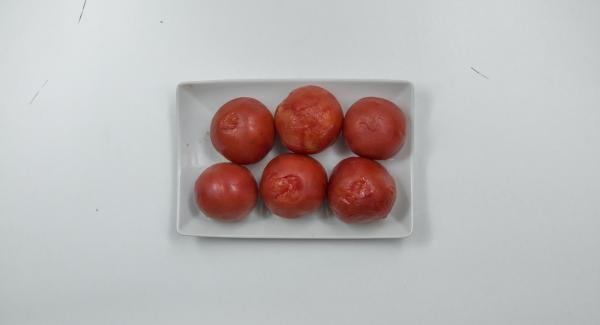 Escaldar los tomates con agua caliente, pelarlos y cortarlos en dados.
