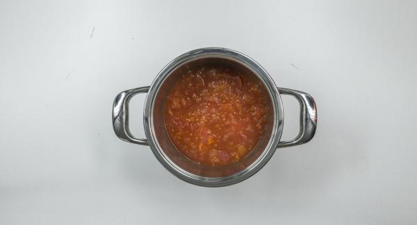 Triturar finamente los tomates, añadir el zumo de naranja y el vodka y mezclar. Sacar las hojas de las hierbas y cortar gruesas. Agregar las hierbas y la crema a la sopa.