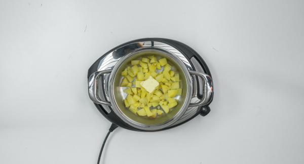 Añadir la mantequilla a las patatas y amasar bien. Hacer puré con el brócoli y la leche caliente en un recipiente adecuado y, finalmente, agregar el puré de patata.
