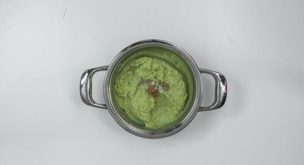 Sazonar el puré de verduras con sal, pimienta y nuez moscada, y servirlo adornado con unos cuantos piñones.
