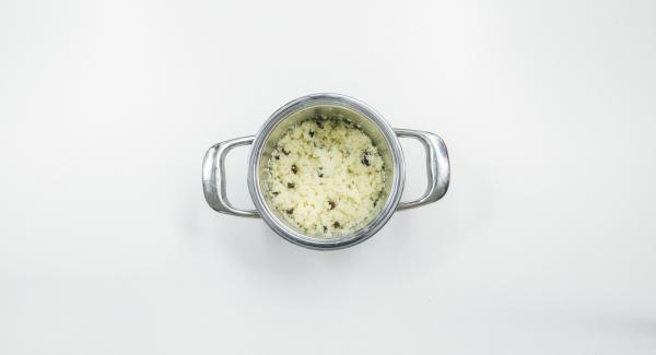 Cocer el cuscús y las pasas en una olla pequeña siguiendo las instrucciones del paquete.