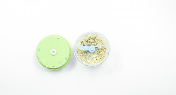 Pelar la cebolla y cortar en dados finos. Colocar las nueces de anacardo en el Quick Cut y picarlas.