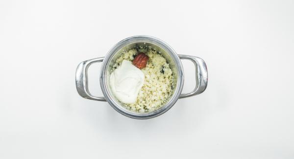 Mezclar el cuscús, las pasas, cebolla, anacardos, puré de tomate, crema de leche y sazonar con sal, pimienta, pimienta de cayena y el pimentón en polvo.