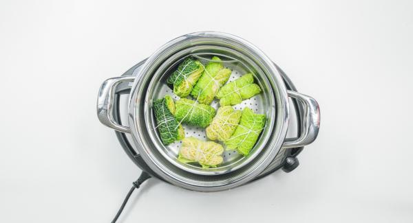 Añadir agua (aprox. 150 ml) en la olla de 24 cm 3.5 l, colocar la Softiera en el interior y colocar la olla sobre Navigenio. Tapar con EasyQuick con el aro de sellado de 24 cm.