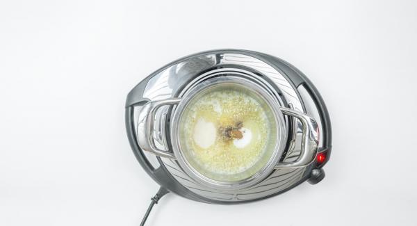 Mezclar la mantequilla en una olla pequeña y reservar la mitad para untar. Añadir el pan rallado a la mantequilla restante en la olla y dejar que haga espuma. Mezclarlo con el azúcar, la canela, la piel de limón y las rodajas de manzana.