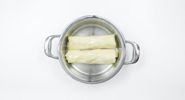 Hacer el segundo rollito del mismo modo con los ingredientes restantes. Untar los dos rollitos con la mantequilla restante..