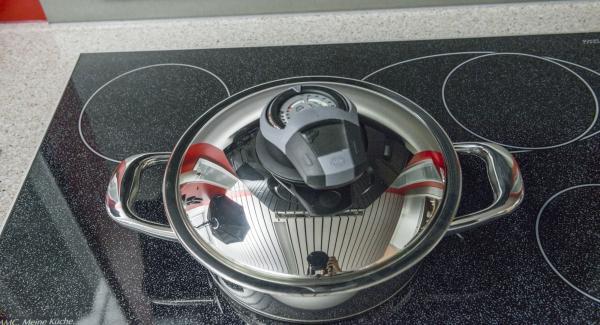 """Introducir la mezcla en la olla. Colocar la olla en el Navigenio a temperatura máxima (nivel 6). Encender el Avisador (Audiotherm), colocarlo en el pomo (Visiotherm) y girar hasta que se muestre el símbolo de """"chuleta""""."""