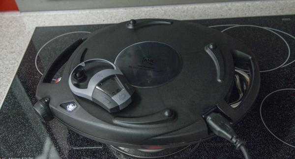 Colocar el Navigenio en modo de horno (poniéndolo invertido encima de la olla) y ajustar a temperatura baja. Cuando el Navigenio parpadee en rojo/azul, introducir 10 minutos en el Avisador (Audiotherm) y hornear hasta que estén doradas. Darles la vuelta durante el horneado una sola vez.
