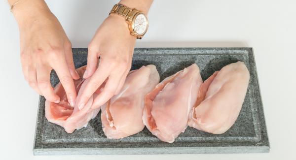 Hacer un corte en las pechugas y rellenarlas con una loncha de jamón cada una.