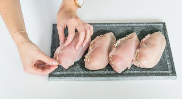 Rellenar las pechugas de pollo con la mezcla y cerrar con palillos.