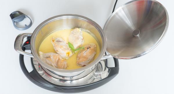 Retirar la carne y mantenerla caliente. Agregar maicena para espesar la salsa. Salpimentar.