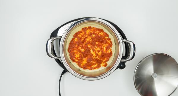 """Cuando el Avisador (Audiotherm) emita un pitido al llegar a la ventana de """"chuleta"""" coloque una base de masa y cubra con pulpa de pimentón. Colocar las verduras con queso feta y aceitunas encima."""