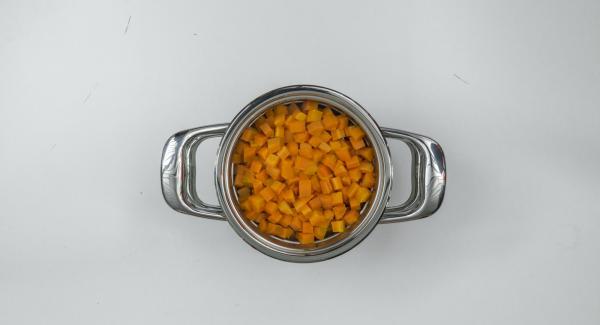 Apague el fuego al final del tiempo de cocción. Añadir la mantequilla a las patatas y triturar finamente. En un recipiente adecuado triturar las zanahorias con leche caliente y añadir al puré de patatas.