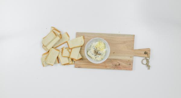 Pelar 1 diente de ajo y picarlo. Mezclar con la ricota y el queso azul, y sazonar con sal y pimienta.