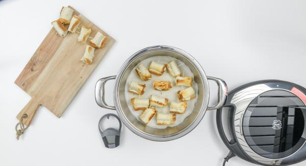 Situar la olla en una superficie resistente al calor, colocar Navigenio encima de la olla (modo horno) y hornear a baja temperatura durante unos 3 minutos.