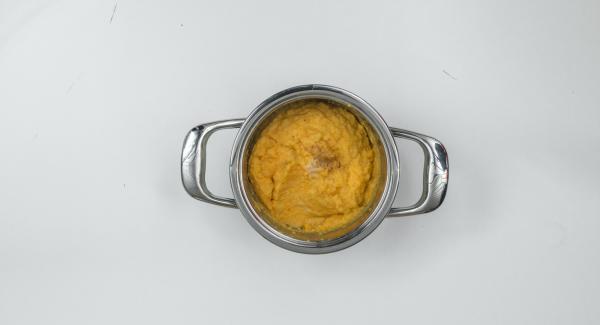 Sazonar el puré con sal y nuez moscada. Servir con las hojas de perejil cortado por encima.
