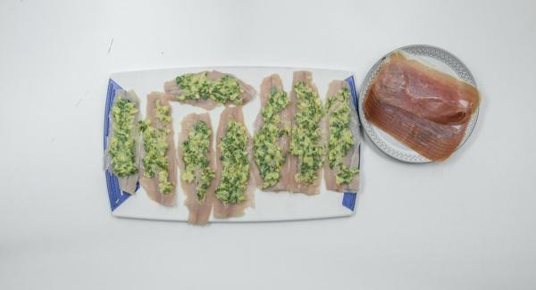 Mezclarlos con la mantequilla de almendra y sazonar con sal y pimienta. Untar con la mezcla la parte interior de los filetes de trucha y enrollarlos. Envolver con una loncha de jamón y pinchar el rollito con una brocheta.