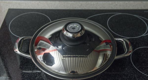 """Cuando el Avisador (Audiotherm) emita un pitido al llegar a la ventana de """"chuleta"""", bajar la temperatura y freír los rollitos de pescado por todos los lados, desglasear con el jerez y tapar enseguida."""