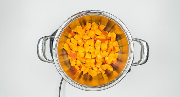 Pelar la calabaza y trocearla. Introducirla en la olla.