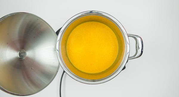 Cuando el Avisador (Audiotherm) emita un pitido al finalizar el tiempo de cocción, añadir el zumo de manzana, el caldo y la nata, y hacer un puré fino con una batidora. Sazonar con amaretto, sal, pimienta y nuez moscada.