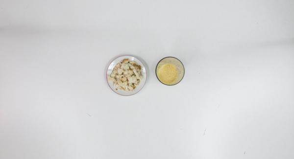 Mezclar el huevo y el aceite de oliva en un recipiente hasta lograr una masa suave, añadir el ajo y los chiles y triturar ligeramente. Desmenuzar las tostadas y mezclar, condimentar con sal y dejar enfriar.