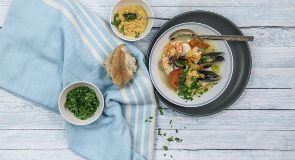 Mezclar la salsa de ajo con un poco de caldo de pescado al gusto y servir.