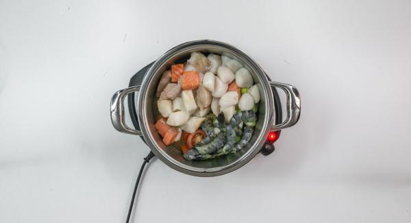 Desechar los mejillones que no se abran. Incorporar los filetes de pescado, las vieiras, los tomates y el puerro, ajustar el Navigenio a temperatura media y cocinar 5 minutos con el Avisador (Audiotherm). con la tapa cerrada. Sazonar con sal, pimienta y vermut, e incorporar el perejil.