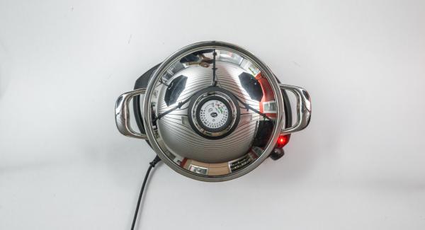 Ajustar el Navigenio a temperatura media, colar el caldo de gambas, volver a incorporarlo a la olla y llevar a ebullición. Agregar los mejillones y cocinar 6 minutos con el Avisador (Audiotherm).