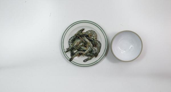 Pelar las gambas dejando la cola, retirar el intestino y meterlas en el refrigerador. Limpiar los caparazones.