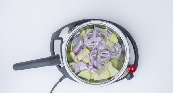 """Cuando el Avisador (Audiotherm) emita un pitito al llegar a la ventana de """"chuleta"""", mantener la temperatura en el Navigenio y verter la patata y la cebolla. Tapar."""