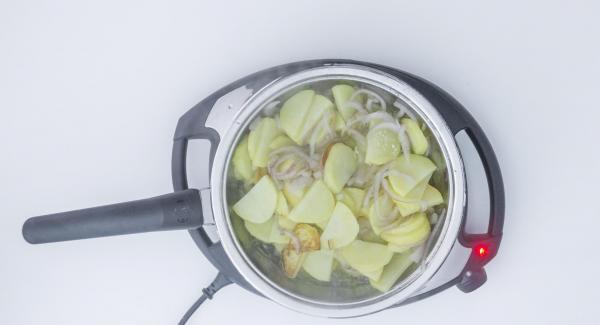 Cocinar las patatas hasta llegar a 98 grados. Destapar, secar la tapa, mover el alimento y tapar. Repetir varias veces hasta que estén al gusto.