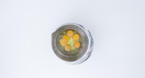 Batir los huevos en un bol. Añadir pochado + sal. Remover