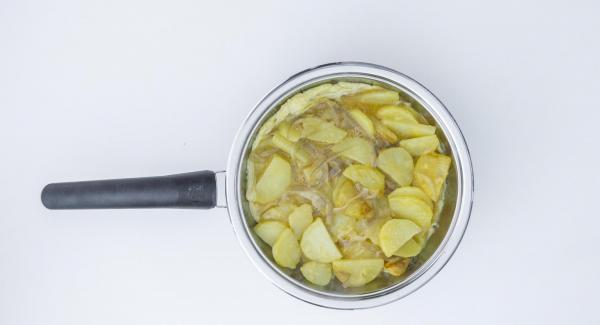 Colocar la sartén en una superficie resistente al calor y poner el Navigenio en modo de horno (poniéndolo invertido encima de la olla) APAGADO para cuajar la tortilla al gusto.