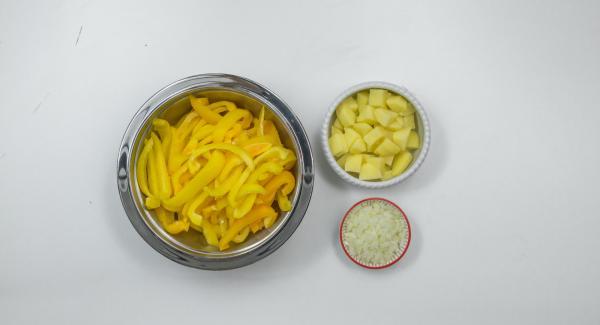 Pelar las patatas y cortarlas a trozos pequeños, pelar la cebolla y trocearla finamente. Lavar los pimientos, quitarles la piel con un pelador y cortarlos a tiras.