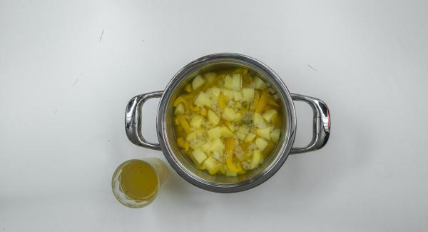 Hacer puré con los ingredientes y, mientras tanto, verter el caldo poco a poco. Sazonar con sal, pimienta y una pizca de azúcar.