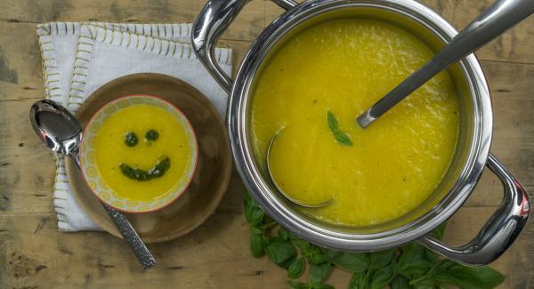 Verter la sopa en los platos y dibujar una sonrisa en cada sopa con el aceite de albahaca.