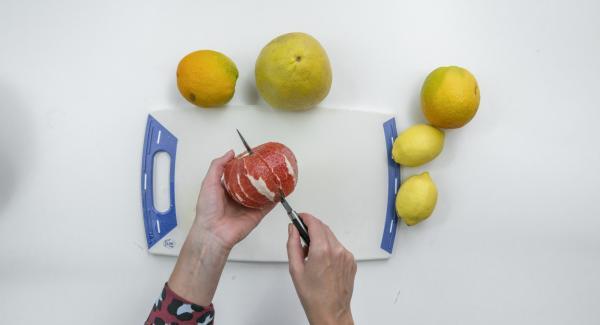 Mientras tanto, pelar la fruta de tal manera que la piel blanca se elimina por completo. Cortar los filetes entre la piel (fileteado), recogiendo el jugo en el proceso.