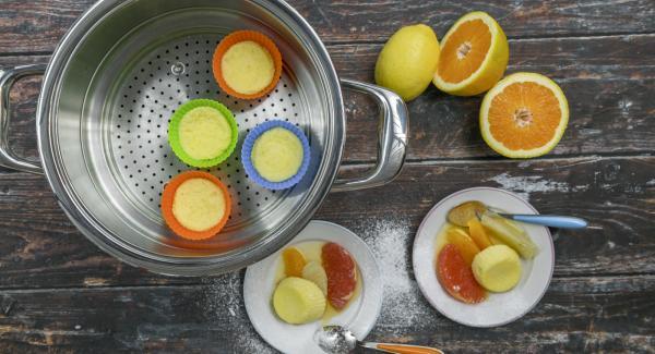 Verter en los filetes de frutas, añadir los suflés y servir  juntos.