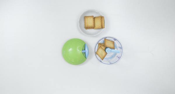 Desmenuzar las galletas hasta obtener una miga muy fina y mezclar con la mantequilla de cacahuete.