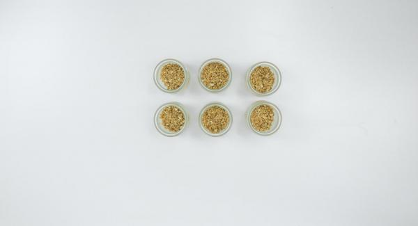 Untar los tarros de conserva con aceite, cubrir el fondo con la galleta desmenuzada y presionar ligeramente