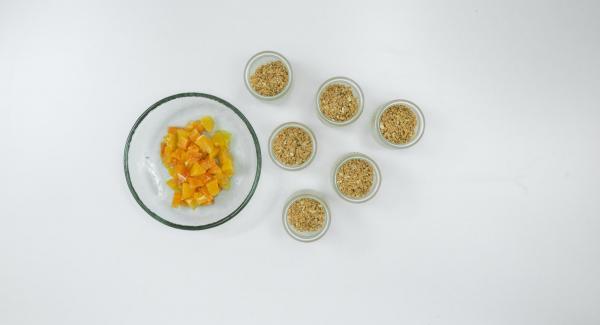Con un cuchillo afilado, cortar las rodajas de naranja en trozos pequeños y esparcirlos sobre el fondo de galleta.